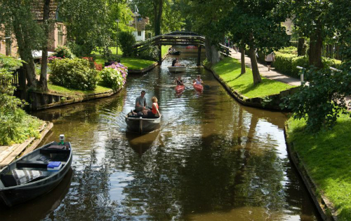 orasul-cu-strazile-din-apa-The-water-street-magical-town-in-Holland-2