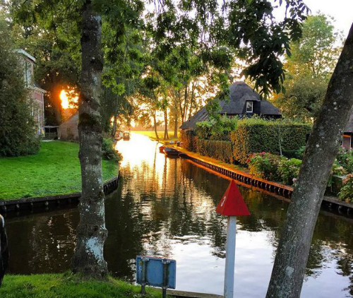 orasul-cu-strazile-din-apa-The-water-street-magical-town-in-Holland-4